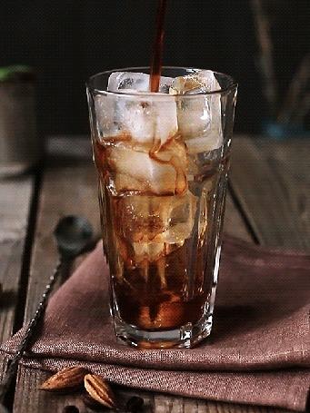 Анимация В стакан со льдом наливают напиток