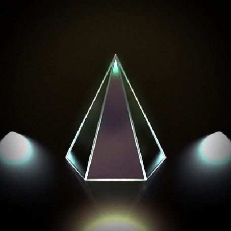 Анимация Вращающаяся зеркальная пирамида