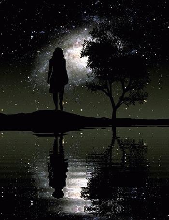 Анимация Девушка стоит у воды на фоне ночного неба