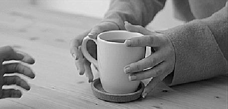 Анимация Девушка подвигает чашку с чаем парню