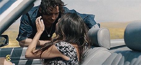 Анимация Девушка, сидя в авто, целуется с парнем