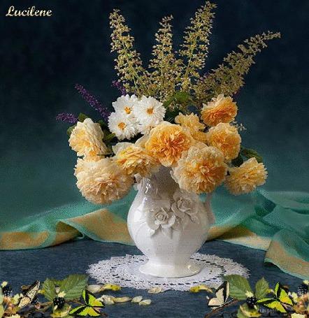 Анимация Перед букетом цветов в вазе на столе сидят бабочки, by Lucilene