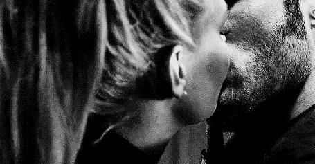 Анимация Парень целуется с девушкой