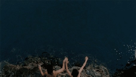 Анимация Девушка с парнем прыгают с высокой горы в море