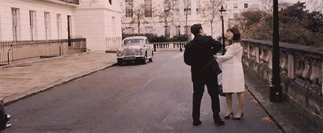 Анимация Девушка с мужчиной танцуют на улице