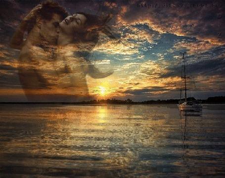 Анимация Влюбленная пара на фоне заката над морем с лодкой