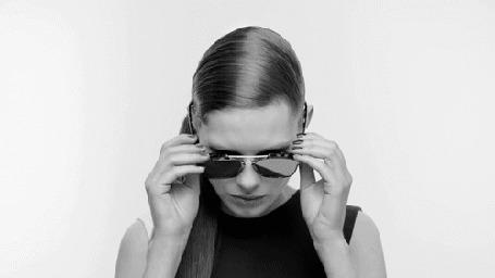 Анимация Девушка поправляет солнцезащитные очки