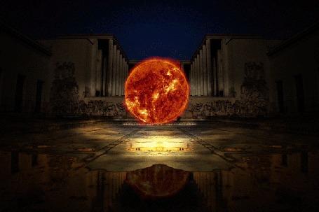 Анимация Вращающаяся планета на площади между колоннами