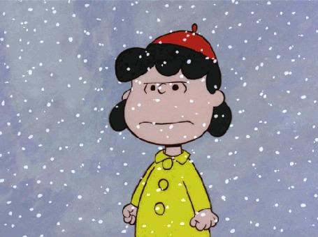 Анимация Девочка стоит под падающим снегом