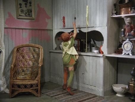 Анимация Девочка открывает шкаф и на нее падает куча несложенного белья, фильм Pippi Longstocking / Пеппи Длинныйчулок