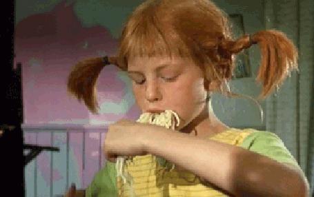 Анимация Пеппи Длинныйчулок подрезает ножницами спагетти, чтобы их было удобнее есть, фильм Pippi Langstrump / Пеппи Длинныйчулок