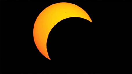 Анимация Солнечное затмение на черном фоне