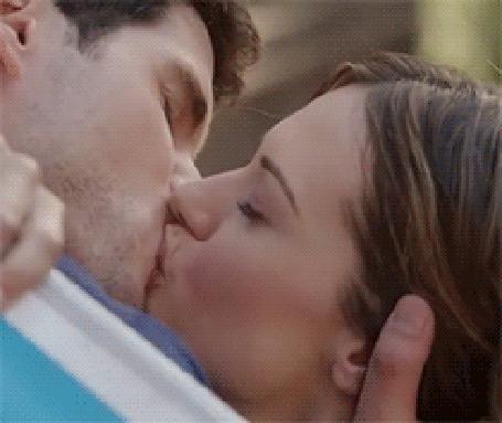 Анимация Девушка целуется с парнем