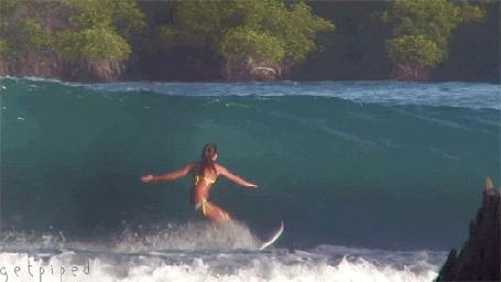 Анимация Девушка - серфингистка на воде