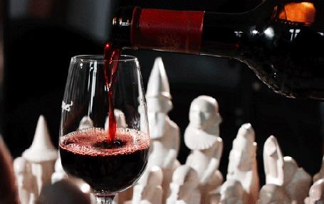 Анимация Из бутылки льется в бокал вино