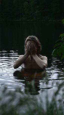 Анимация Обнаженная девушка стоит в воде