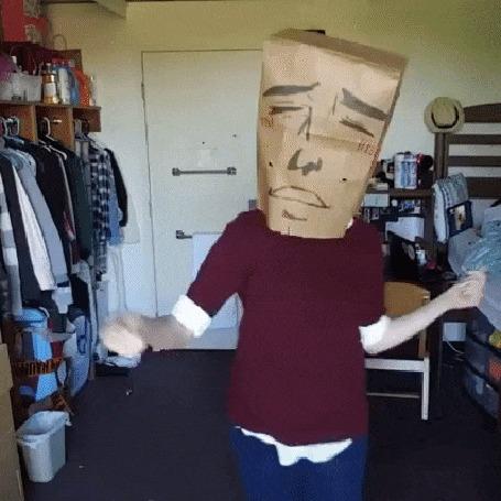Анимация Анонимус танцует в комнате, скидывая с головы пакеты с нарисованным лицом