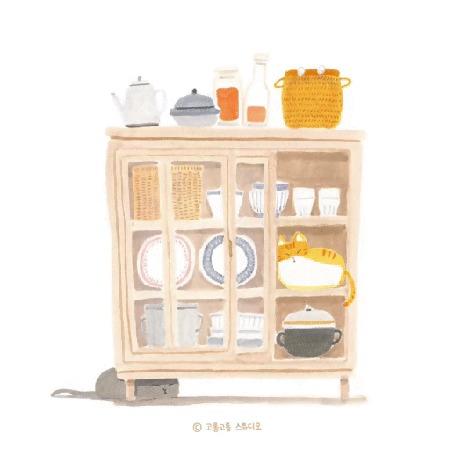 Анимация Один кот сидит под сервантом, второй - на полочке среди посуды, третий - в корзинке на серванте, by gogorongstudio
