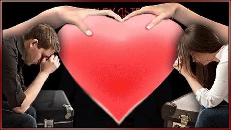 Анимация На фоне разорванного сердца сидят мужчина и девушка после ссоры (Любите и будьте любимы)