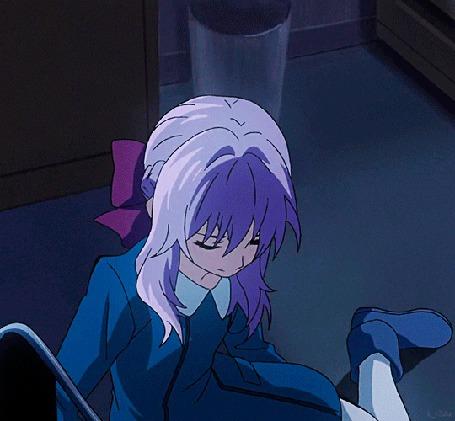 Анимация Смущенная Шиноа Хираги / Shinoa Hiiragi из аниме Последний Серафим / Owari no Seraph сидя на полу протягивает вверх руку и что-то говорит