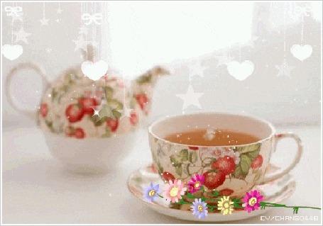 Анимация Чашка горячего чая и цветы на блюдце