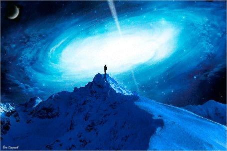 Анимация Человек на вершине горы смотрит в космос