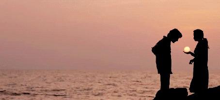 Анимация Девушка держит солнечный шар на руке перед своим парнем