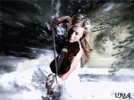 Анимация Девушка играет на скрипке на фоне облаков и звездного неба