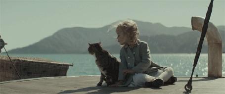Анимация Девочка целует кошку