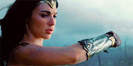 Анимация Wonder Woman / Чудо-женщина отбивает пулю рукой в железной перчатке