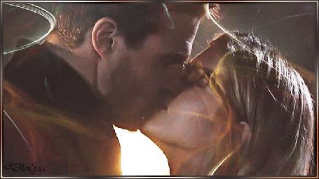 Анимация Девушка Фелисити нежно целует мужчину Оливера