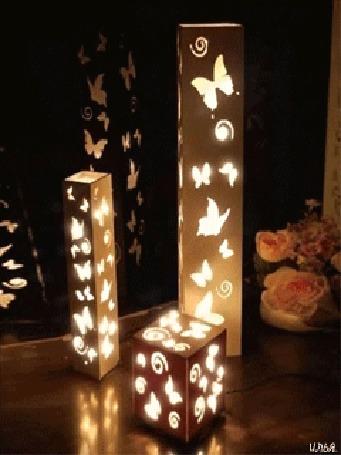 Анимация Светильники с изображением бабочек стоят на столе рядом с розами