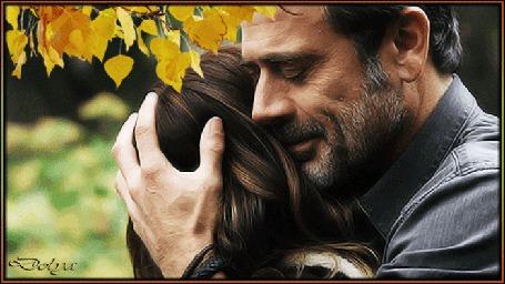 Анимация Джеффри Дин Морган / Jeffrey Dean Morgan нежно обнимает и целует девушку