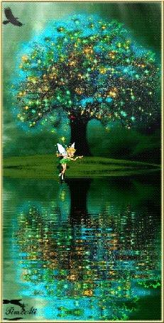 Анимация Фея колдует, паря над водой у волшебного дерева