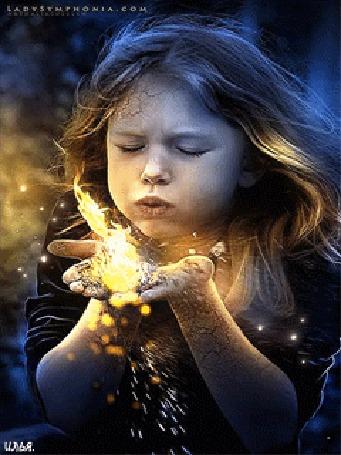 Анимация Девочка сдувает огонь со своих рук