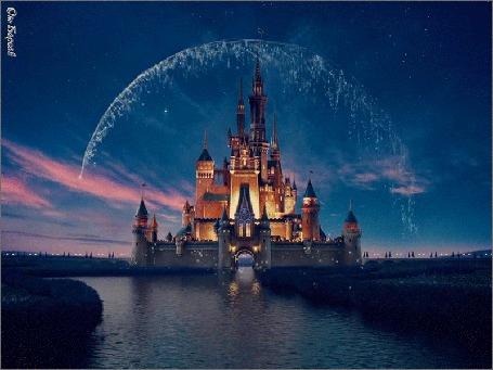 Анимация Сказочный замок Диснея у реки, над которым пролетает фейерверк (Disney Выходные)