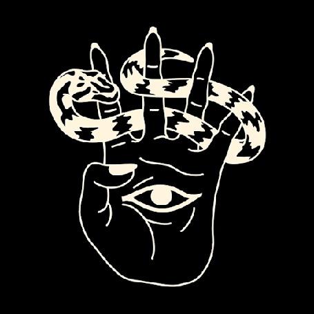 Анимация На руке с глазом между пальцами ползает змея