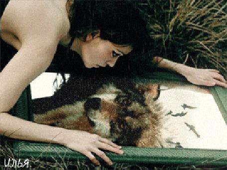 Анимация Девушка смотрит на себя в зеркало и видит в нем отражение волка