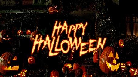 Анимация Тыквы, с горящими свечами внутри, украшают лужайку дома (Happy Halloween / Счастливого Хэллоуина)