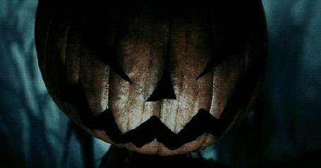 Анимация На злобно улыбающуюся тыкву Джека в свете молний брызгает кровь, кадры из фильма Сонная лощина / Sleepy Hollow
