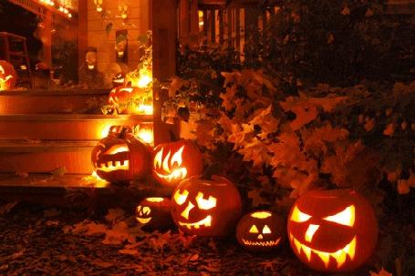 Анимация Горящие светильники Джека у лестницы дома на Хэллоуин / Halloween