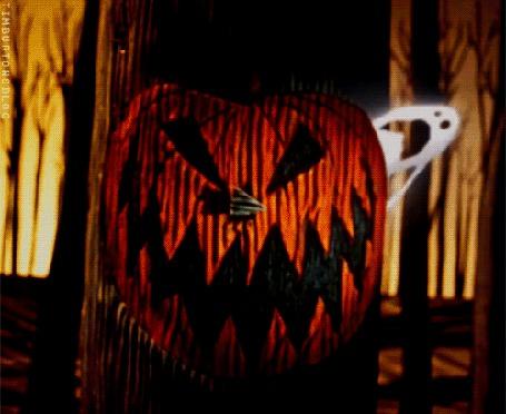 Анимация Из дупла на дереве, закрытого крышкой с изображением светильника Джека, вылетает привидение