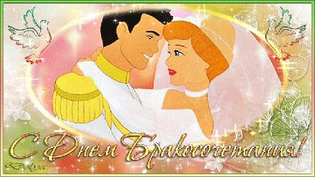 Анимация Жених целует невесту, на них падают розовые лепестки, в рамке, украшенной голубями и блестками (С Днем бракосочетания!)