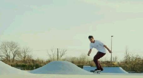 Анимация Парень занимается скейтбордингом на снежных горках