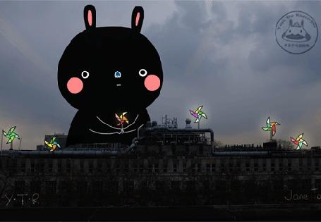Анимация Черный кролик возвышается над зданиями с фейерверками, by Yoyo The Ricecorpse