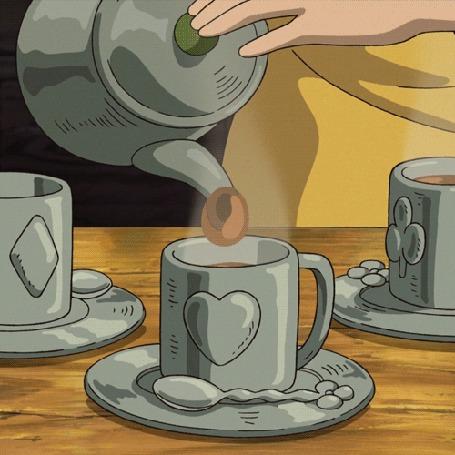 Анимация В чашку с сердечком на ней, которая стоит на блюдце, рядом с ложкой, наливают чай