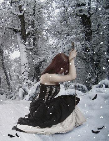 Анимация Девушка-падший ангел в платье с мечом сидит под снегопадом