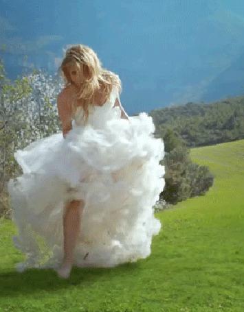 Анимация Девушка в красивом свадебном платье кружится на поляне