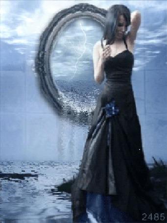 Анимация Девушка возле зеркала, из которого течет вода, исходник от Ana Fagarazzi