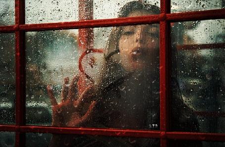 Анимация Девушка рисует сердечко на мокром стекле, ву Andrew Vasiliev